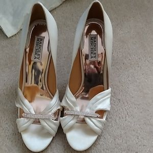 Badgley Mischka sz. 8.5 ivory satin jeweled shoes